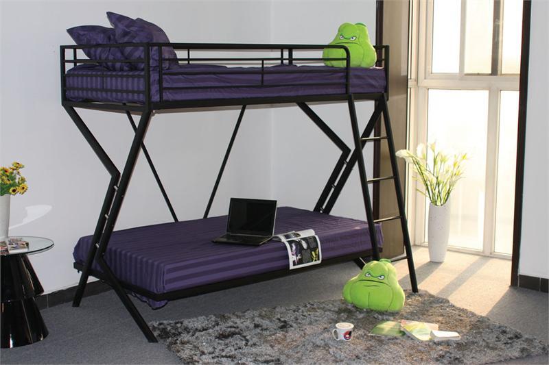 Двухъярусная кровать из труб